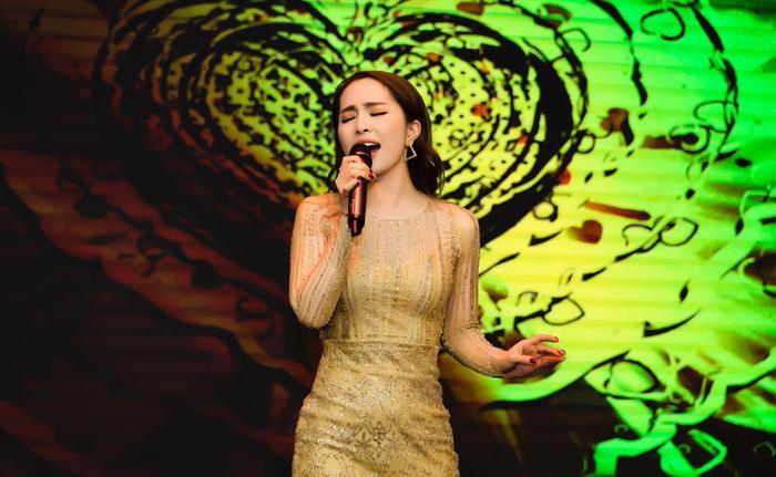 Nhiều người đòi tẩy chay nữ ca sĩ sau scandal.
