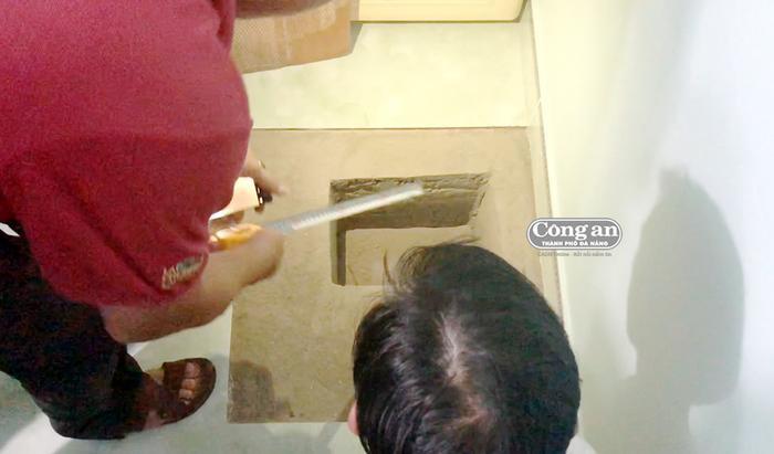 Đối tượng xây hầm trong nhà để cất giấu ma túy. Ảnh: Công an Đà Nẵng