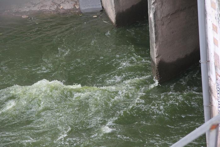 Nhận 1 triệu m3 nước từ Hồ Tây, dòng sông Tô Lịch, Hà Nội đã giảm mùi hôi thối, nước sông chuyển màu trong xanh.