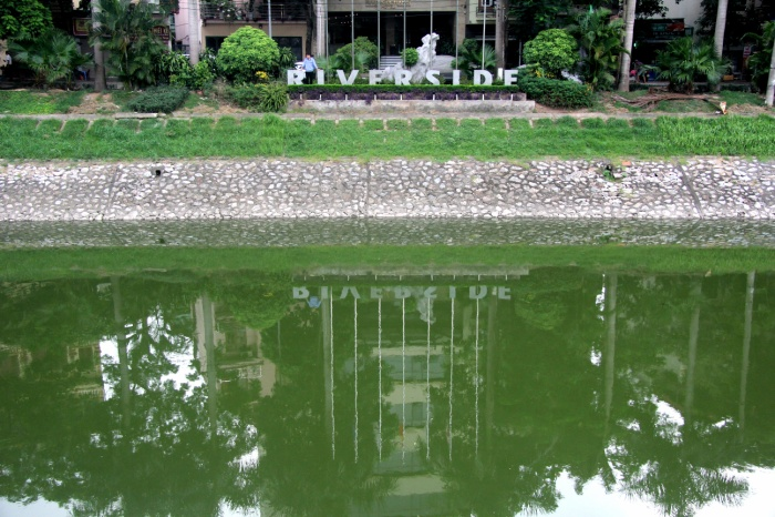 Nhiều người ngắm nghía dòng sông Tô Lịch hiền hoà.