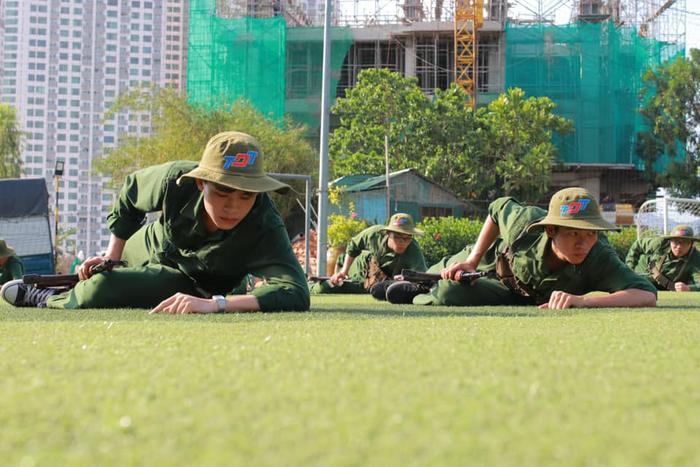 """Các """"chiến sĩ"""" được khoác trên mình bộ quân phục màu xanh của lính, tích cực tập luyện ở thao trường."""