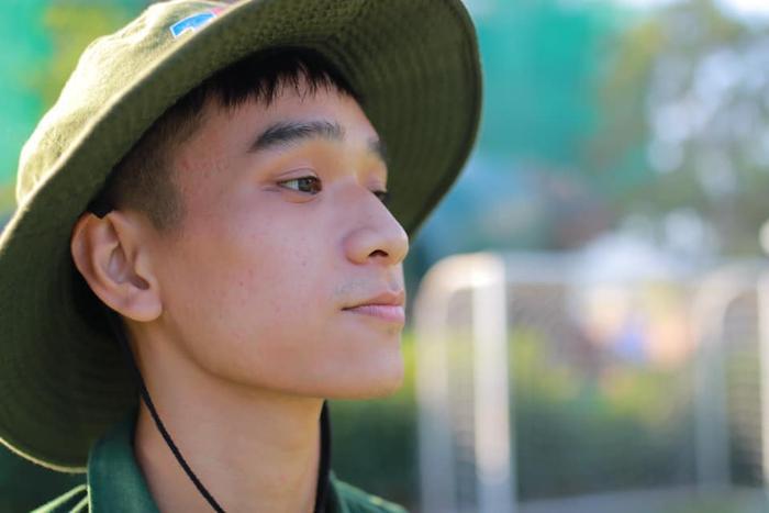 """Cũng trong kỳ học quân sự, mỗi chàng trai cô gái sẽ bất ngờ tìm thấy được """"crush"""" của mình khi vô tình bắt gặp ánh mắt khiến mình si mê… và anh chàng điển trai này là một ví dụ."""