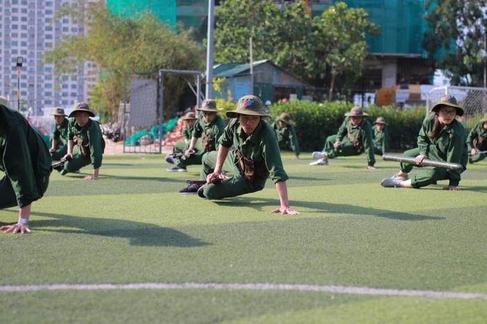 Có lẽ, kết thúc kỳ học quân sự, nhìn lại những hình ảnh này, các cô cậu sinh viên sẽ bất giác mỉm cười…