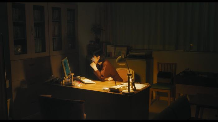Mayu Akigawa trong phân cảnh cô điều tra những video của em trai mình.