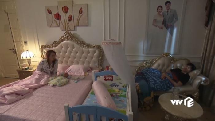 Phòng thì to, giường thì rộng nhưng Vũ vẫn phải ôm chăn ra ghế ngủ.