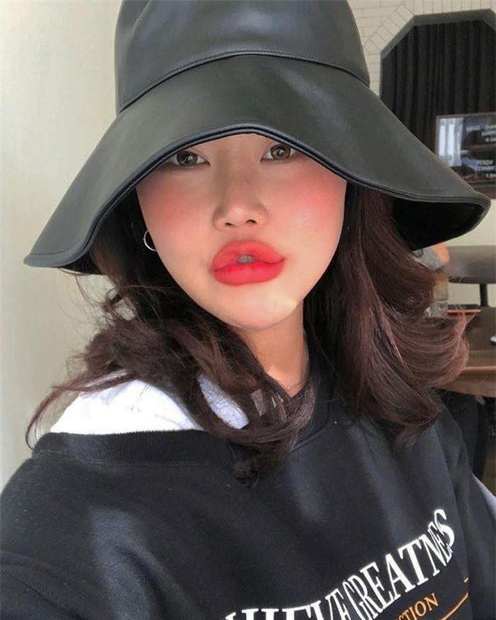 Mặc dù đã đắp cả đống mỹ phẩm lên mặt thế nhưng vẫn không thể nào 'vớt vát' cho đôi môi có phần 'thảm họa' của Kim SoHee