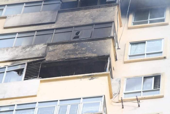 Khói đen ám bên ngoài ban công chung cư.