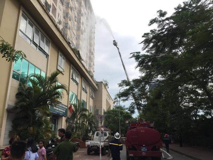 Lực lượng cảnh sát PCCC huy động xe thang đến dập lửa.