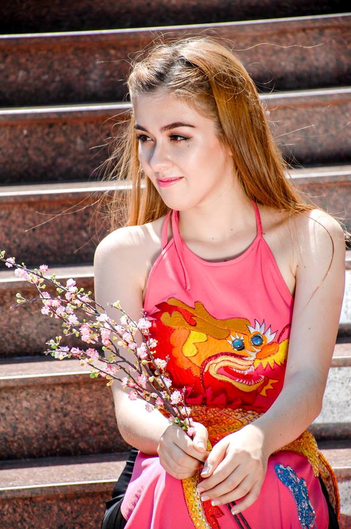 Với chiều cao 1m72, chỉ số hình thể là 89 - 65 - 92, 9x gây chú ý với mái tóc vàng, sống mũi cao, nhỏ, đôi mắt sâu đậm chất lai Tây. Sở hữu khuôn mặt ưa nhìn và thân hình siêu chuẩn, Jessica Lê là một trong những mẫu ảnh khá có tiếng ở Sài Gòn. Trên trang mạng xã hội cô nàng sở hữu hơn 12.500 người theo dõi.
