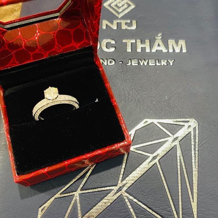 Hải Băng không giấu nổi vẻ hào hứng khi khoe chiếc nhẫn kim cương được ông xã tặng
