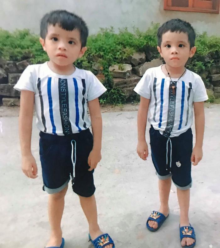 Giờ hai bé trai đã 5 tuổi và đang đi học.