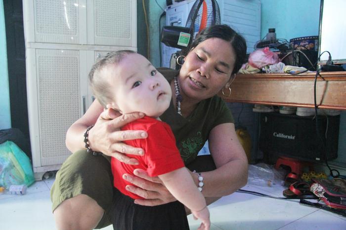Bé gái gần 1 tuổi xinh xắn bà Cúc có duyên nhặt được.