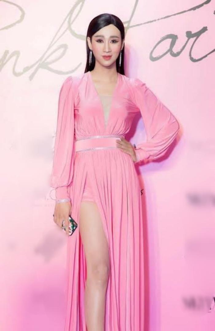 Trước đây, mỗi khi tham dự sự kiện, Hải Triều từng khiến nhiều người ngạc nhiên với loạt váy áo nữ tính, quyến rũ.