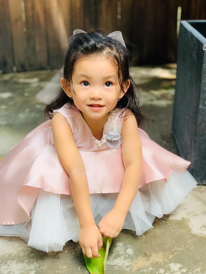 Cô bé không khác gì một cô công chúa nhỏ với đôi mắt biếc to tròn long lanh