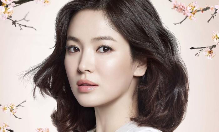 Rửa mặt bằng sữa rửa mặt thường xuyên là cách của Song Hye Kyo.
