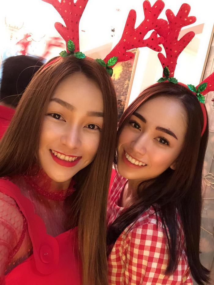 Minh Anh chụp hình chung với mẹ đẻ vào Giáng sinh năm ngoái.