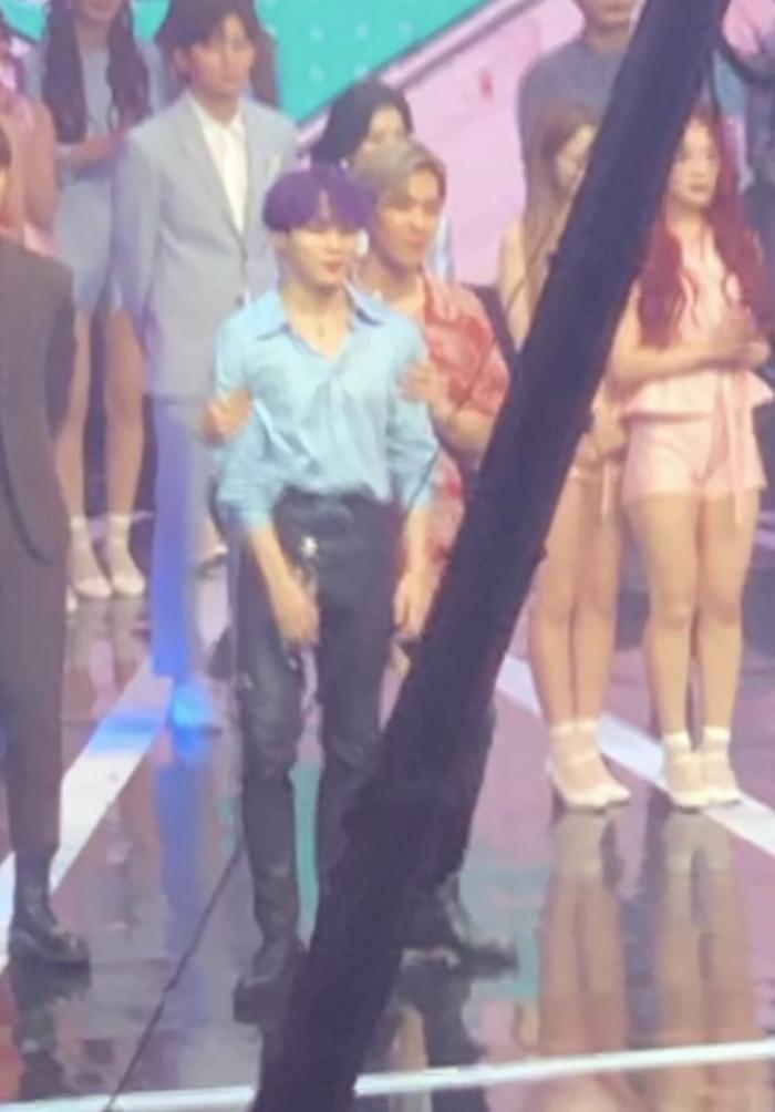 Khoảnh khắc thân thiết của Sungwoon và Baekhyun (EXO) tại Music Core.