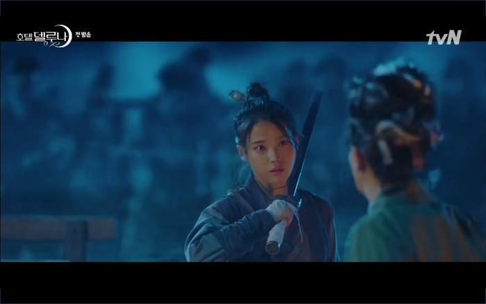 Phim Hotel Del Luna tập 1: Yeo Goo Jin bị cha ruột lập khế ước bán cho IU ngay từ nhỏ ảnh 7