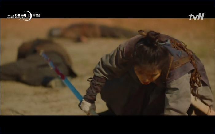 Phim Hotel Del Luna tập 1: Yeo Goo Jin bị cha ruột lập khế ước bán cho IU ngay từ nhỏ ảnh 11
