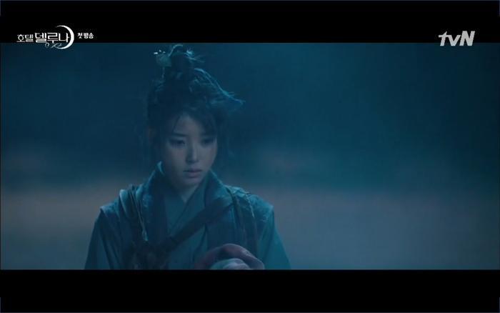Phim Hotel Del Luna tập 1: Yeo Goo Jin bị cha ruột lập khế ước bán cho IU ngay từ nhỏ ảnh 14