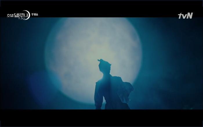 Phim Hotel Del Luna tập 1: Yeo Goo Jin bị cha ruột lập khế ước bán cho IU ngay từ nhỏ ảnh 15
