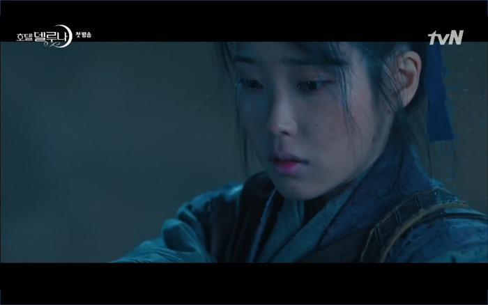 Phim Hotel Del Luna tập 1: Yeo Goo Jin bị cha ruột lập khế ước bán cho IU ngay từ nhỏ ảnh 17