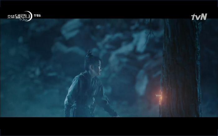 Phim Hotel Del Luna tập 1: Yeo Goo Jin bị cha ruột lập khế ước bán cho IU ngay từ nhỏ ảnh 20