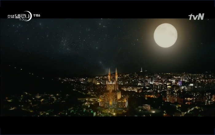 Phim Hotel Del Luna tập 1: Yeo Goo Jin bị cha ruột lập khế ước bán cho IU ngay từ nhỏ ảnh 28