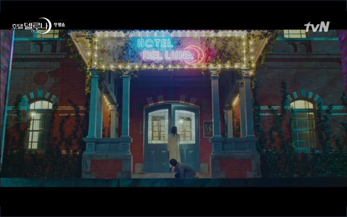 Phim Hotel Del Luna tập 1: Yeo Goo Jin bị cha ruột lập khế ước bán cho IU ngay từ nhỏ ảnh 32