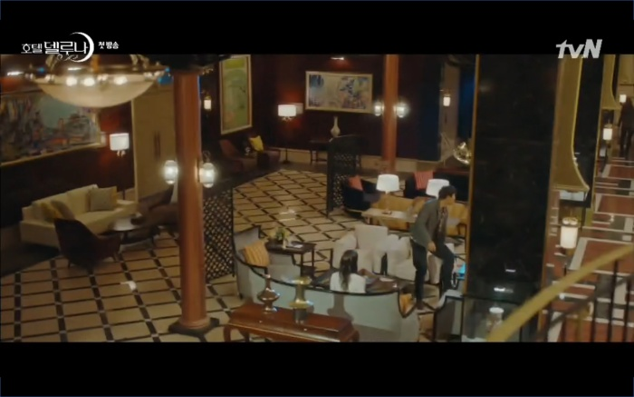 Phim Hotel Del Luna tập 1: Yeo Goo Jin bị cha ruột lập khế ước bán cho IU ngay từ nhỏ ảnh 34