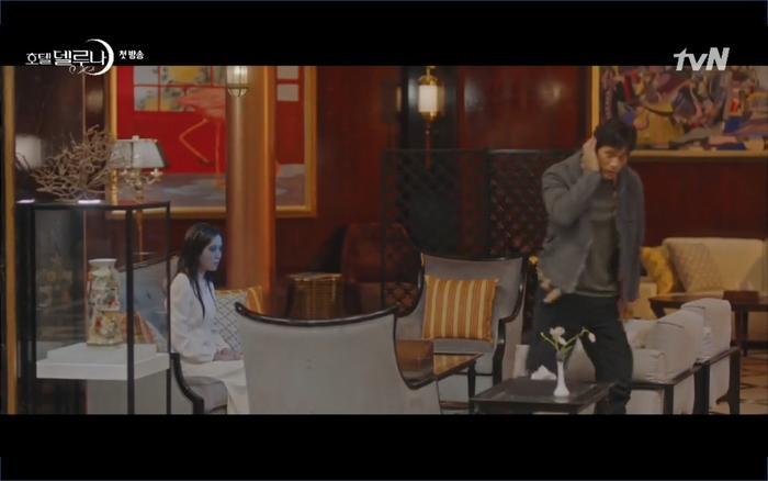Phim Hotel Del Luna tập 1: Yeo Goo Jin bị cha ruột lập khế ước bán cho IU ngay từ nhỏ ảnh 37