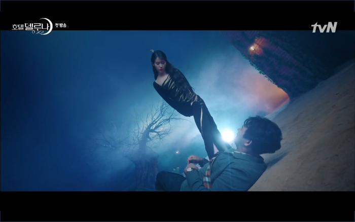 Phim Hotel Del Luna tập 1: Yeo Goo Jin bị cha ruột lập khế ước bán cho IU ngay từ nhỏ ảnh 43