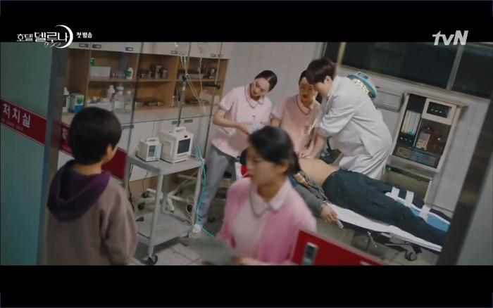 Phim Hotel Del Luna tập 1: Yeo Goo Jin bị cha ruột lập khế ước bán cho IU ngay từ nhỏ ảnh 46