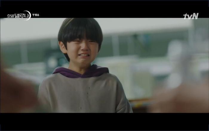 Phim Hotel Del Luna tập 1: Yeo Goo Jin bị cha ruột lập khế ước bán cho IU ngay từ nhỏ ảnh 47