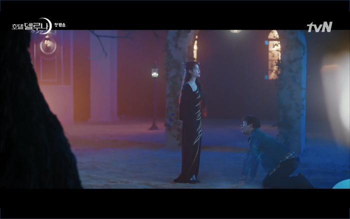 Phim Hotel Del Luna tập 1: Yeo Goo Jin bị cha ruột lập khế ước bán cho IU ngay từ nhỏ ảnh 52