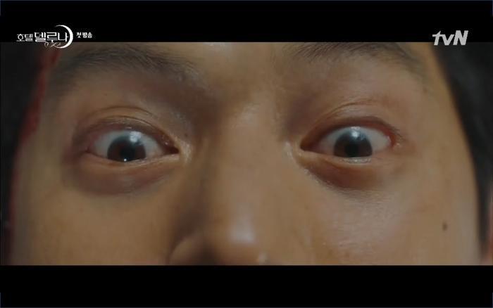 Phim Hotel Del Luna tập 1: Yeo Goo Jin bị cha ruột lập khế ước bán cho IU ngay từ nhỏ ảnh 55