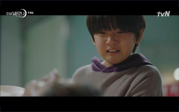 Phim Hotel Del Luna tập 1: Yeo Goo Jin bị cha ruột lập khế ước bán cho IU ngay từ nhỏ ảnh 56