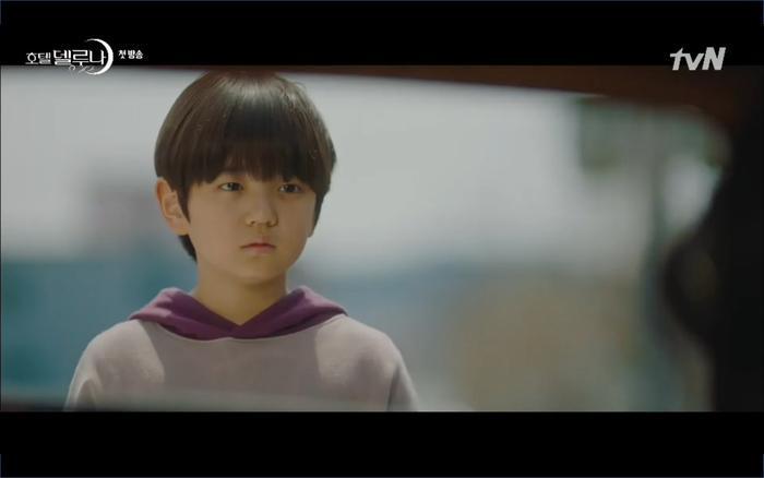 Phim Hotel Del Luna tập 1: Yeo Goo Jin bị cha ruột lập khế ước bán cho IU ngay từ nhỏ ảnh 59