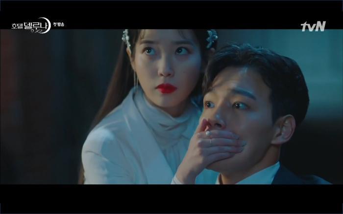 Phim Hotel Del Luna tập 1: Yeo Goo Jin bị cha ruột lập khế ước bán cho IU ngay từ nhỏ ảnh 72