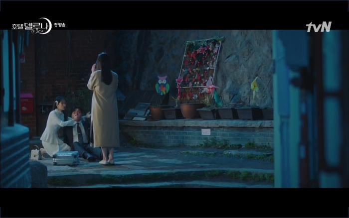 Phim Hotel Del Luna tập 1: Yeo Goo Jin bị cha ruột lập khế ước bán cho IU ngay từ nhỏ ảnh 73
