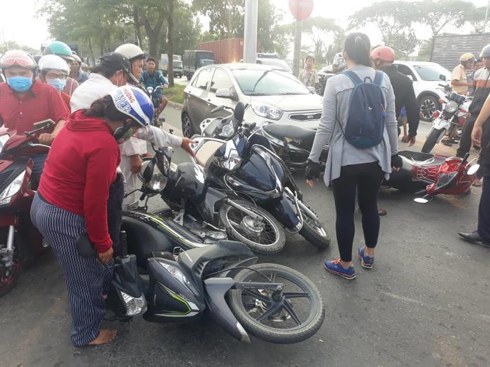 Nhiều xe máy hư hỏng sau vụ tai nạn. Ảnh: Dân Trí