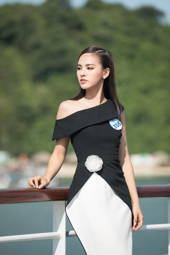 Chiếc váy trắng đen tôn lên vóc dáng chuẩn cho thí sinh