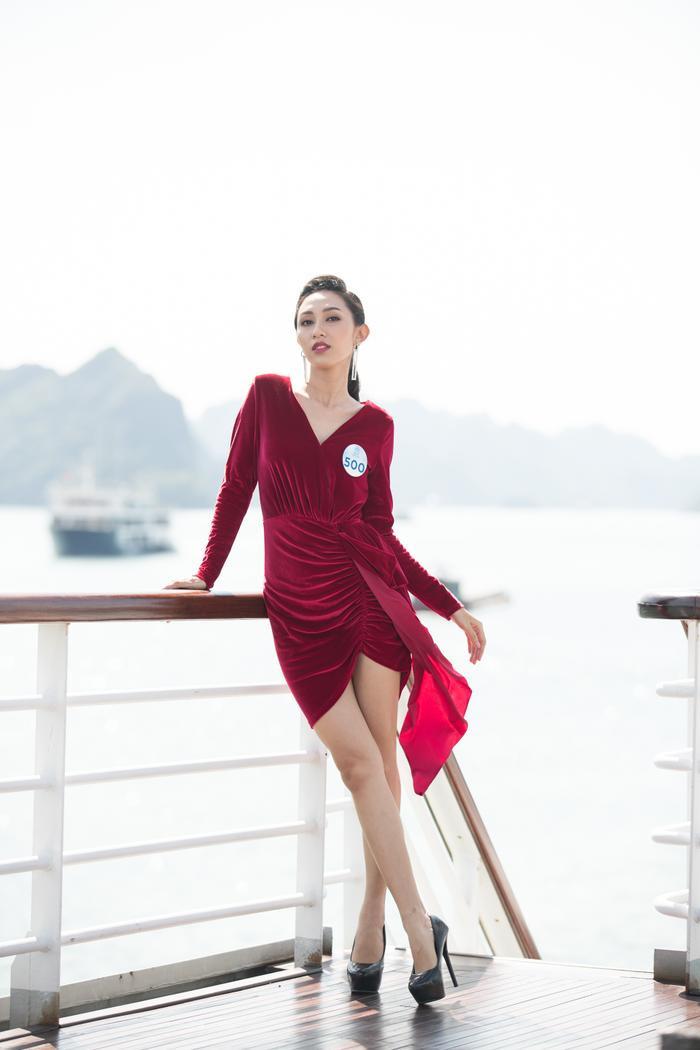 Người đẹp của Siêu mẫu Việt Nm 2018 Nguyễn Thị Thu Hiền kiêu kì với váy nhung đỏ