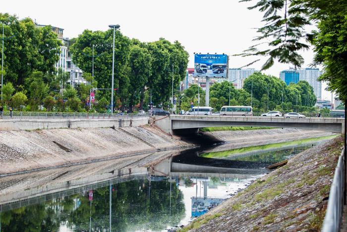 Thế nhưng chỉ 3 ngày sau khi nhận 1 triệu m3 nước từ hồ Tây, nước sông Tô Lịch bắt đầu chuyển màu đen kịt như trước đây.