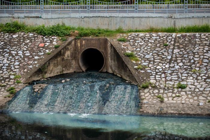Tình trạng các cống thải vẫn xã nước bẩn ra sông Tô Lịch khiến dòng sông ô nhiễm hơn.