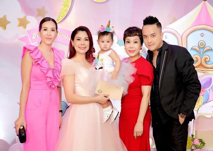 Bữa tiệc có sự góp mặt của nhiều nghệ sĩ là bạn bè thân thiết của Thanh Thảo.