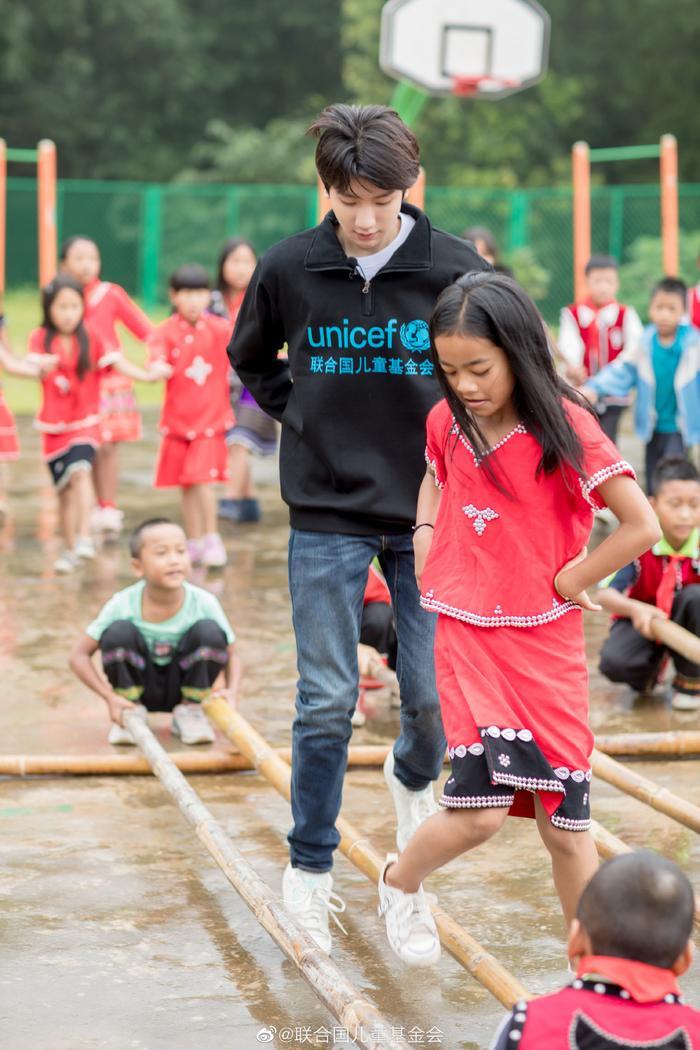 Khoảnh khắc đẹp khi Vương Nguyên (TFBOYS) làm thiện nguyện ở trường học vùng sâu vùng xa ảnh 2
