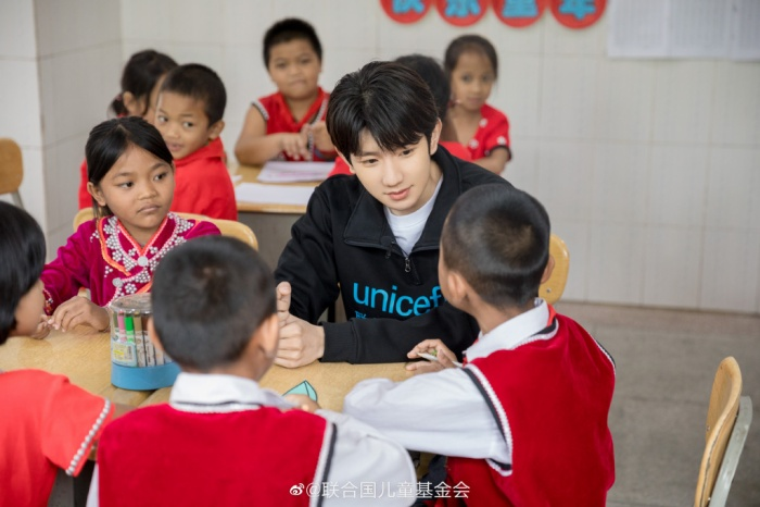 Khoảnh khắc đẹp khi Vương Nguyên (TFBOYS) làm thiện nguyện ở trường học vùng sâu vùng xa ảnh 0