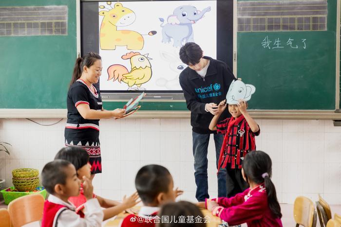 Khoảnh khắc đẹp khi Vương Nguyên (TFBOYS) làm thiện nguyện ở trường học vùng sâu vùng xa ảnh 1
