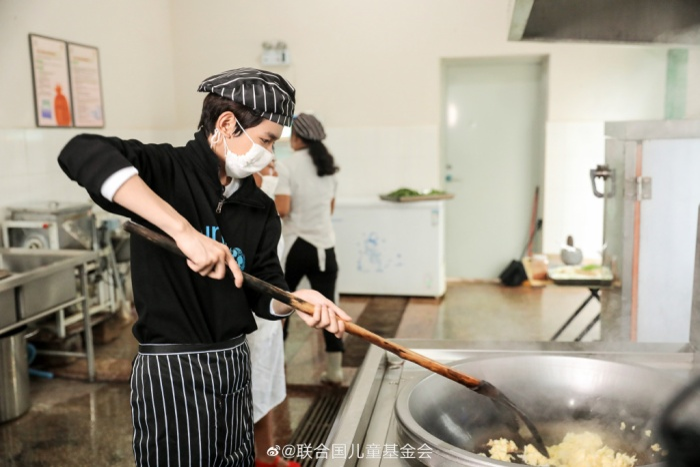 Khoảnh khắc đẹp khi Vương Nguyên (TFBOYS) làm thiện nguyện ở trường học vùng sâu vùng xa ảnh 5